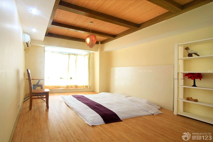 卧室墙面置物架_温馨简单日式阁楼卧室榻榻米装修效果图片_设计456装修效果图
