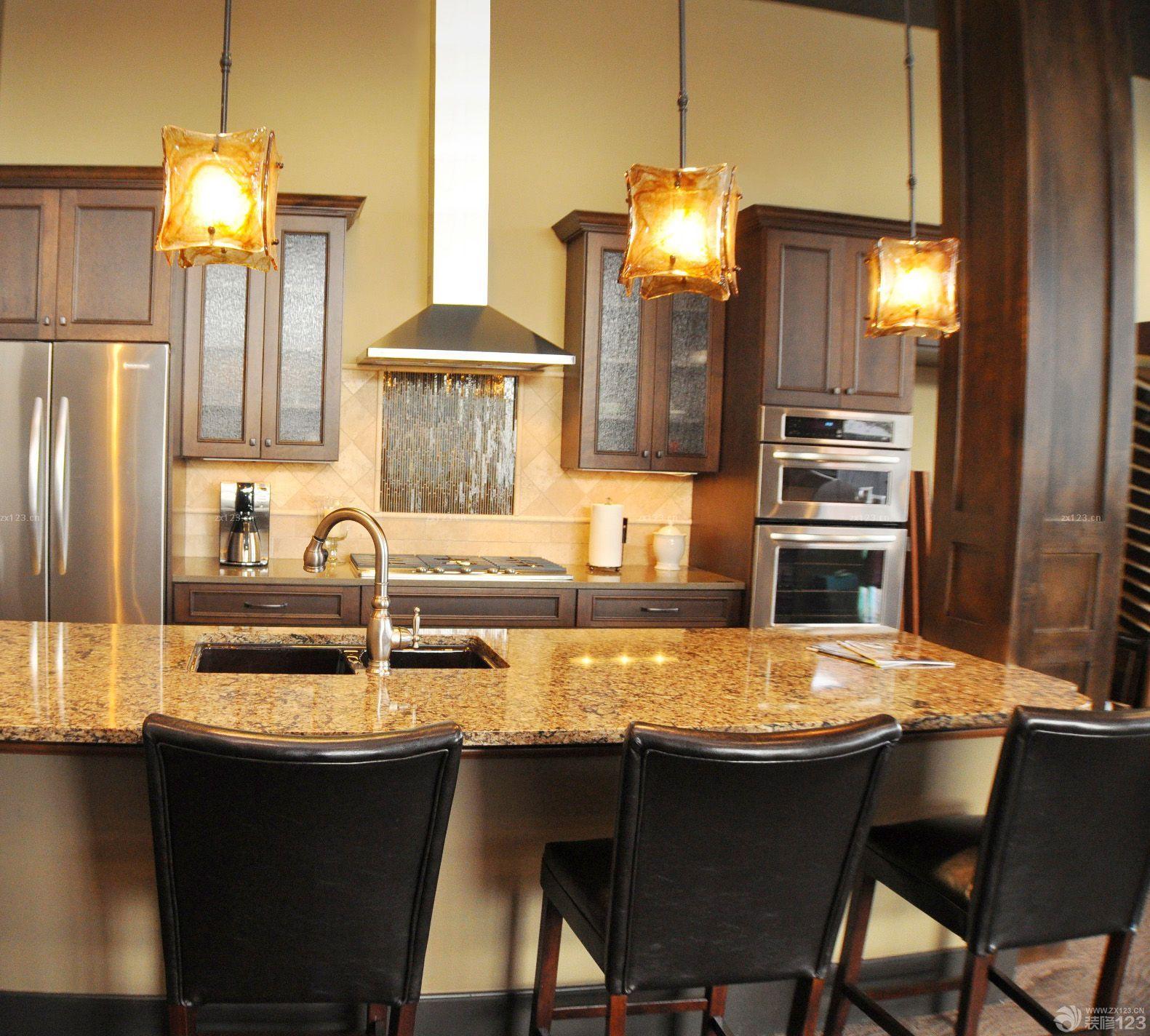 经典美式风格橱柜带吧台家装设计图片